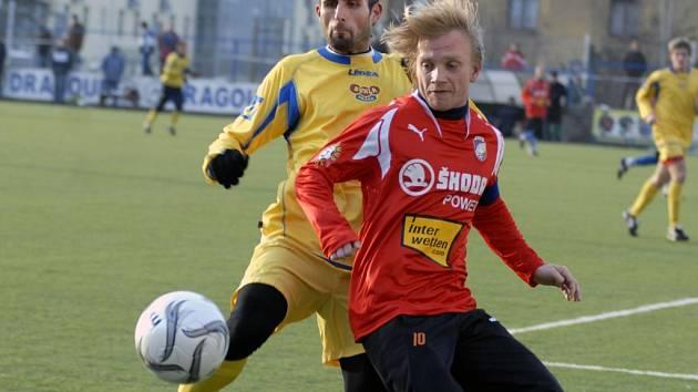 Jaromír Šimr z Viktorie Plzeň (vpravo) bojuje o míč se soupeřem v utkání Tipsport ligy s Duklou Praha