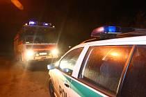 Vozy hasičů a policistů pod náspem železniční trati v Bukovci