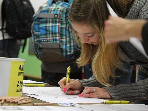 Podpisy pod dopisy požadující propuštění, spravedlivý proces nebo slušné zacházení politickým vězňům mohli včera podepsat studenti.