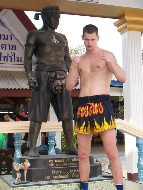 Plzeňský kickboxer Petr Matějka pózuje  v areálu thajské školy bojových umění