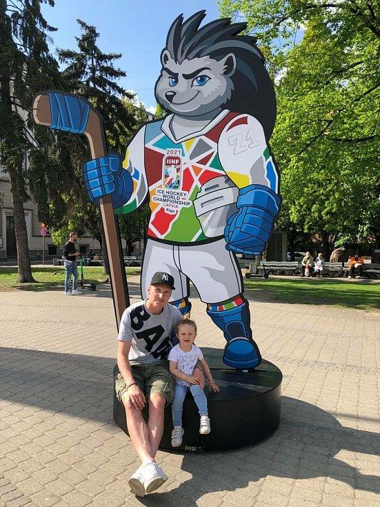 Fotbalista Petr Mareš s dcerou a maskotem mistrovství světa v hokeji.