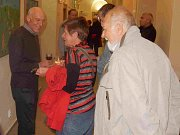 Stanislav Bukovský (vlevo) při vernisáži výstavy ve Studijní a vědecké knihovně Plzeňského kraje. Výstava obrazů namalovaných podle pohádek Karla Vokáče trvá v knihovně do konce listopadu.