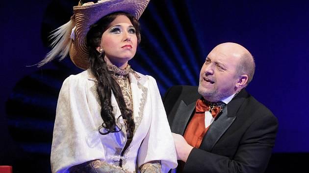 Noc divadel letos v Plzni nabídne také Kalmánovu operetu Čardášová princezna.   Na snímku Anna Klamo (Sylva Varescu) a Jan Ježek (Feri von Kerekes)