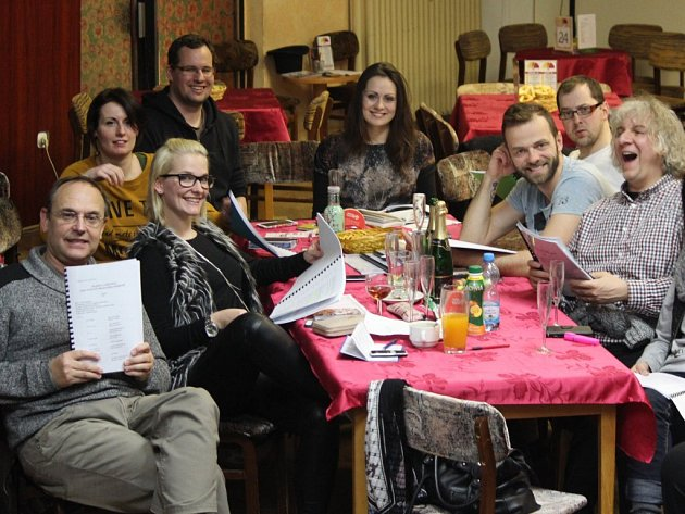 V pondělí se v Divadle Pluto sešli herci k první čtené zkoušce nové komedie, režie se znovu ujal Pavel Kikinčuk (vlevo)