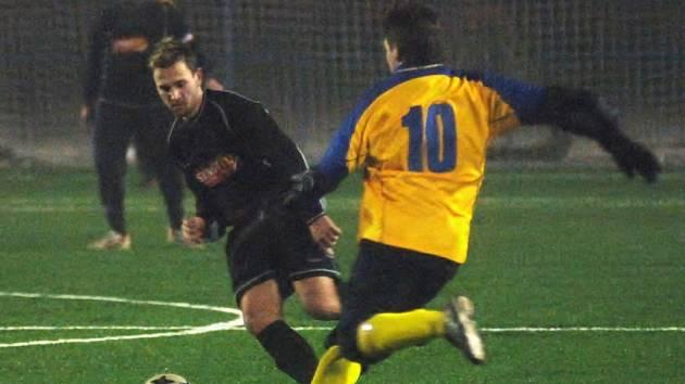 Fotbalisté týmu Senco Doubravka  (ve světlém)  rozdrtili   na úvod  zimního turnaje,  jehož jsou  pořadateli,  mužstvo Přeštic 7:1