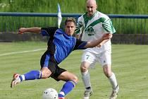 Fotbalisté Tachova (hráč v tmavém) si v krajském přeboru jako nováček nevedou špatně. Po polovině sezony mají na svém kontě dvaadvacet bodů a pohybují se ve středu tabulky