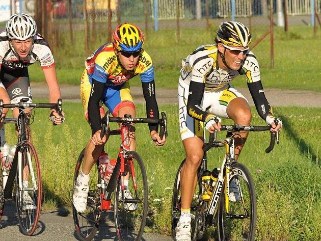 V Plzni žijící cyklista  František Raboň ze stáje HTC Highroad, na snímku z Giant ligy před  Martinem Hačeckým a Stanislavem Kozubkem,  se představí i při dnešním finále série