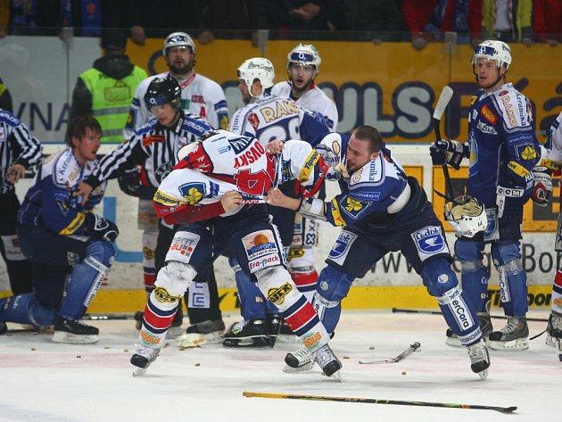 Bitky mazi Cetkovským (vlevo) a Matějovským se Martin Straka (nad nimi) neúčastnil.