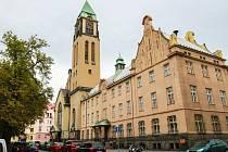 Kostel Panny Marie Růžencové je dominantou Jiráskova  náměstí na Slovanech
