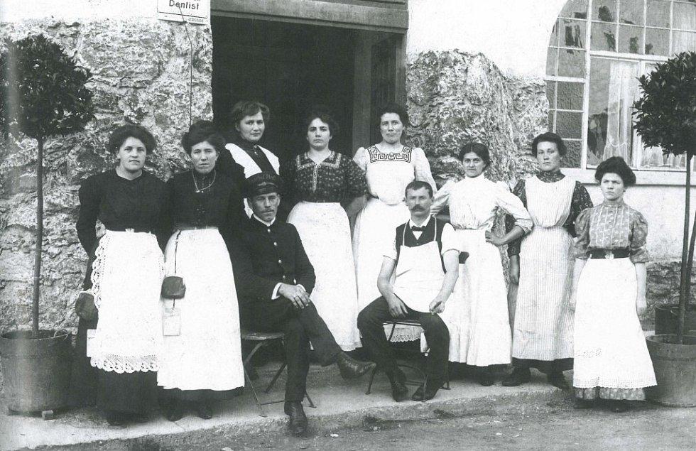 Němečtí i čeští zaměstnanci hotelu Botschafter v Bavorské Rudě v polovině 20. let