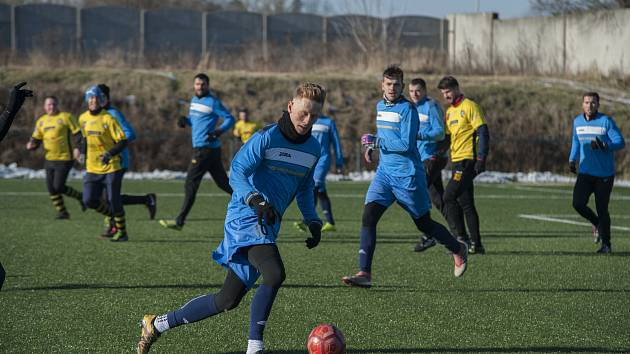 Fotbalisté Doubravky (v modrém) si smlsli ve svém prvním utkání na Memoriálu Josefa Ibermajera na Chotíkovu (ve žlutočerném), jemuž uštědřili porážku 6:0.