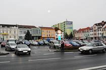 Parkoviště na přeštickém náměstí láká k odstavení auta na delší dobu, než je potřebné pro nákup či návštěvu banky.