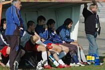 Trenér Václav Votípka (zcela vlevo) sleduje ze střídačky své svěřence v utkání s Horažďovicemi