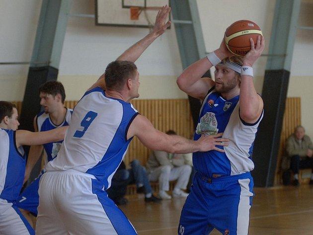 Basketbalisté celku Basket Západ (v bílém) dvěma víkendovými výhrami potvrdili svůj postup do vyřazovacích bojů v I. lize.
