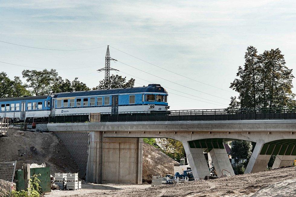 Nový železniční most v Plzni na Bílé hoře je v provozu.