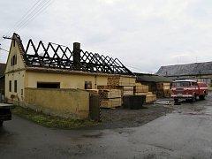 Oheň poničil střechu pily