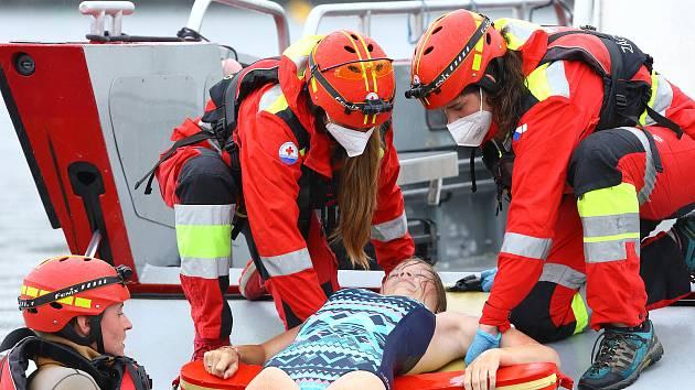 00 - Vodní záchranná služby ČČK Plzeň slouží v letních měsících na Hracholuské přehradě v nepřetržitém provozu. Záchranáři se zde střídají v týdenních turnusech. Ve službě jich je vždy minimálně 5.