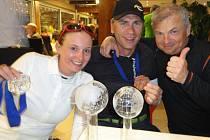 Stříbrná. Eva Koželuhová  si užívá úspěch na mistrovství světa  ve společnosti bývalého švédského sjezdaře Hanse Blomberga (uprostřed) a kapitána českého týmu Martina Beránka (vpravo)
