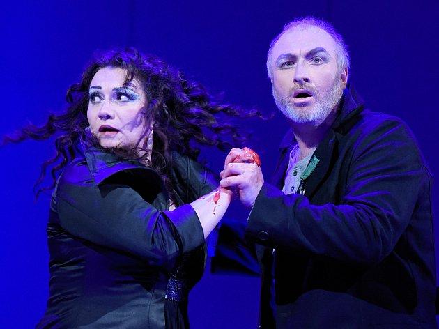 Pavel Klečka a Katarína Jorda Kramolišová v opeře Macbeth