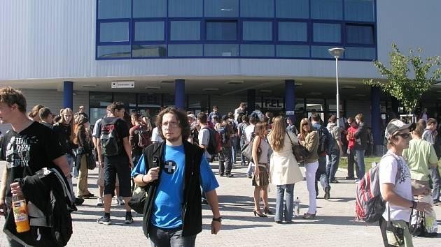 Univerzitní areál na Borských polích včera zaplavili studenti. Začal totiž akademický rok.
