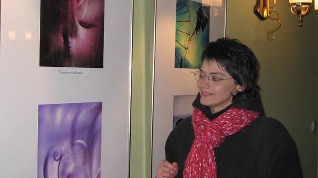 Plzeňanka Marta Černická ukazuje svůj snímek s názvem Poslední doteky. Úspěchu v soutěži Amatérská fotografie 2007 si velmi váží. Zvítězila v kategorii Makrofotografie a  v některých dalších se umístila mezi nejlepšími