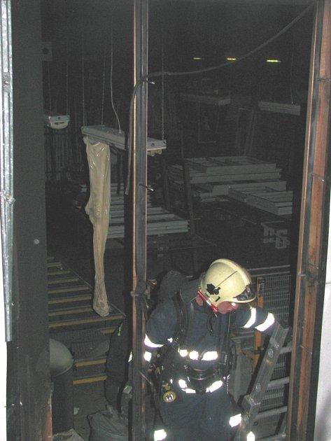 Hasiči zlikvidovali požár a odvětrávali zakouřenou halu