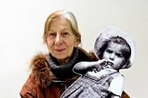 """Tento snímek popisuje Wolftraud de Concini slovy: """"A to jsem já: Dvojportrét, na kterém sama sebe držím v náručí. Dnes v Itálii a před 73 lety v Čechách jako trucovitá dvouletá holčička, na fotografii z léta 1942."""