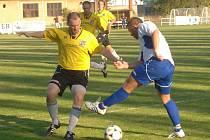 Martin Chaluš (na archivním snímku vlevo) byl jedním z aktérů sobotního přátelského duelu na hřišti 1. FC Plzeň mezi týmy Starých a Mladých. Zápas skončil nerozhodně 6:6