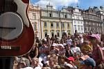 Diváci festivalového vystoupení divadla Kvelb