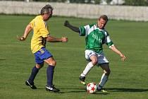 Fotbalisté Prazdroje (na ilustračním snímku hráč vlevo) na úvod městské soutěže remizovali s Dýšinou 0:0.