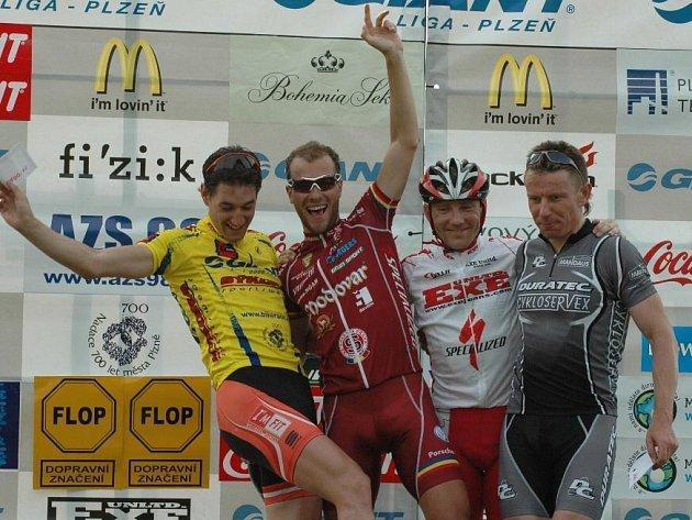 Na stupních vítězů po třetím závodě cyklistické Giant ligy bylo veselo. Zleva vedoucí muž průběžného pořadí Martin Zlámalík, který dojel ve středu druhý, vítěz Ondřej Zelinka, třetí Kamil Ausbuher a Karel Ptáček. Mistr světa železničářů skončil čtvrtý