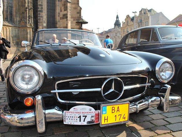 Kolona historických automobilů navštívila v rámci projektu Trofeo Niké Bohemia 2012 i Plzeň
