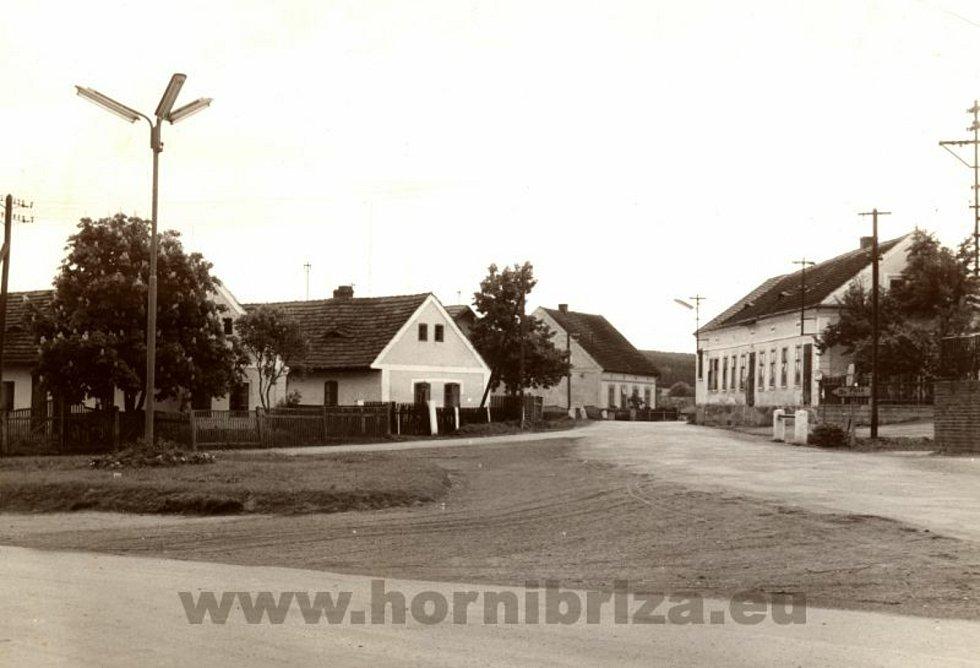 Vpravo na snímku bývalé pohostinství u Benešů na návsi.
