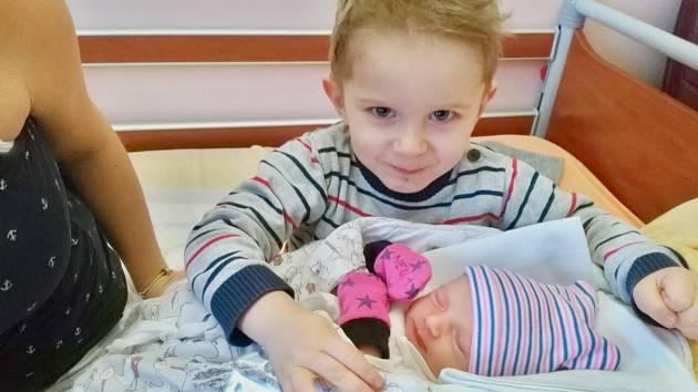 Eliška Bůžková se narodila 2. ledna v 17:44 mamince Lucii a tatínkovi Janovi z Dolců. Po příchodu na svět v plzeňské F N vážila sestřička skoro tříletého Kubíka 2640 gramů a měřila 48 centimetrů.