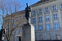 Květinu k památníku přišli položit starosta David Procházka a místostarostové Petr Baloun a Ondřej Ženíšek.