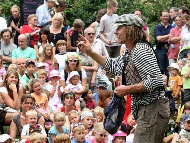 Kejklíř Vojta Vrtek se včera představil v plzeňské Proluce v Křižíkových sadech. V pohádce Kouzelná kulička žongloval s nejrůznějšími věcmi.