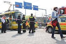 Na tramvajové zastávce Hlavní nádraží ČD, Sirková v sobotu krátce po třetí hodině odpoledne srazila tramvaj mladou dívku.