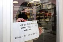 Uzavřený obchod zlatnictví v OC Luna v Plzni.