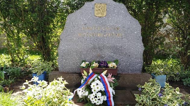 Položení květin u pomníku válečných obětí na Malesické návsi.