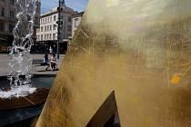 Vandalům neunikla žádná ze tří zlatých kašen Ondřeje Císlera. Město s odstraněním nápisů a piktogramů nepočítá
