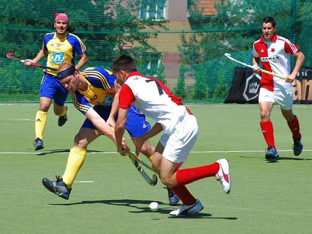 V předehrávce extraligy pozemního hokeje porazili hráči TJ Plzeň–Litice (na archivním snímku v modrožlutých dresech) mužstvo Bohemians Praha přesvědčivě 7:2