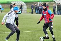 Róbert Jež (vpravo) při silvestrovském zápase bývalých hráčů Viktorie Plzeň.
