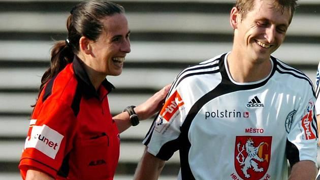 Plzeňská rozhodčí Dagmar Damková, na snímku  ve společnosti hradeckého fotbalisty Ivo Svobody,  byla nominována na nadcházející světový šampionát žen a  ve čtvrtek  už odletěla  do dějiště mistrovství v Šanghaji