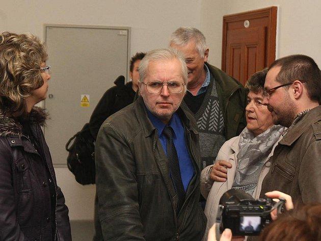 Advokát Jiřího Kajínka Tomáš Zejda (uprostřed)