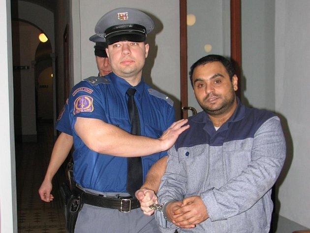 Rudolf Ščuka v doprovodu justiční stráže