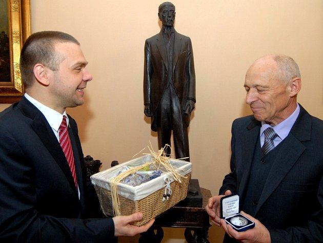 Výtvarník, ale také zakladatel Galerie Esprit a bývalý ředitel kulturního střediska Esprit Stanislav Bukovský se 13. dubna dožil 70 let. Primátor Martin Baxa mu minulý týden na plzeňské radnici předal stříbrnou pamětní medaili