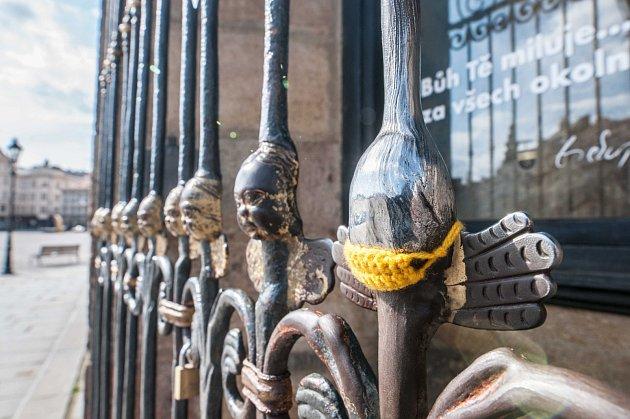 Andělíček na katedrále sv. Bartoloměje se také chrání rouškou.