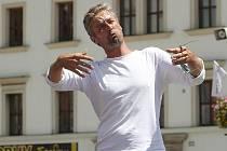 V pondělí odpoledne proběhla zkouška představení Lhář přímo na náměstí Republiky u katedrály sv. Bartoloměje