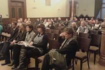Poslechnout si debatu k referendu přišlo jen několik desítek Plzeňanů.
