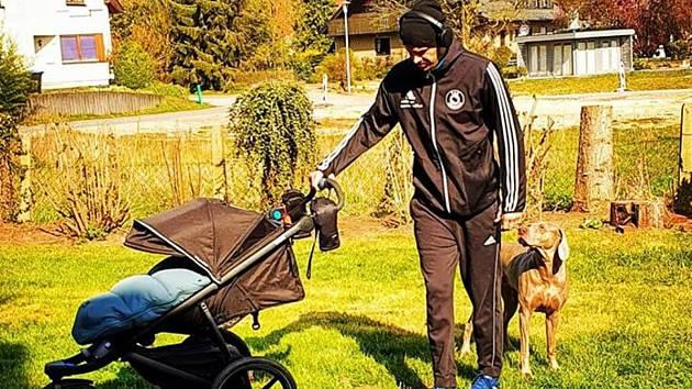 Házenkář Roman Bečvář se chystá na jeden z výběhů s mladším synem v kočárku.